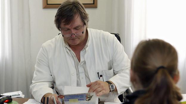 Wer an Prüfungstagen nicht erscheint, muss beim Arzt antraben - so läuft es an der Kantonsschule Hottingen.
