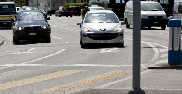 Die Spur des Anstosses: Am Bellevue soll die linke Fahrspur nun doch abgebaut werden können.