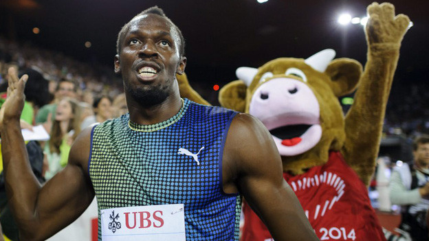 Usain Bolt, Gewinner des 100-Meter-Laufs, mit EM-Maskottchen