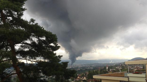 Schwarze Wolken über Schlieren: Die Halle eines Autohändlers brennt.