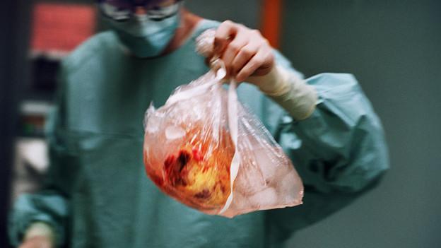 Auch in Zürich werden weiter Herzen in Operationssäle getragen.