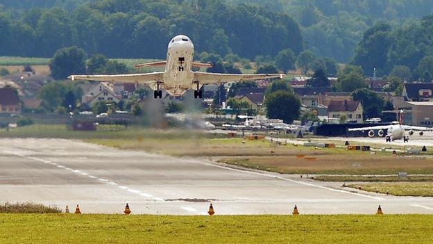 Ein Flugzeug beim Start ab der Piste 28 am Flughafen Zürich.