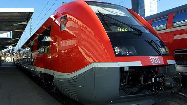 Ein Zug der DB auf der Hochrhein-Strecke