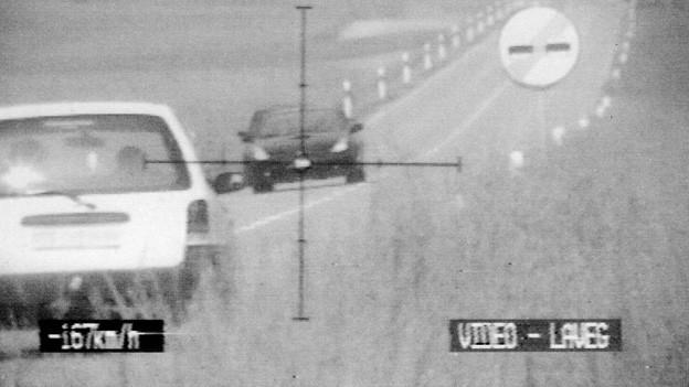 Mit einer Lasermessung überführt die Polizei ein Raser, der mit 167 km/h unterwegs war.