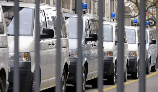 Polizeiautos aufgereiht vor der Hauptwache in Zürich.