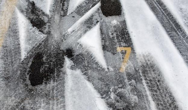 Ein verschneiter Parkplatz in der Stadt Zürich