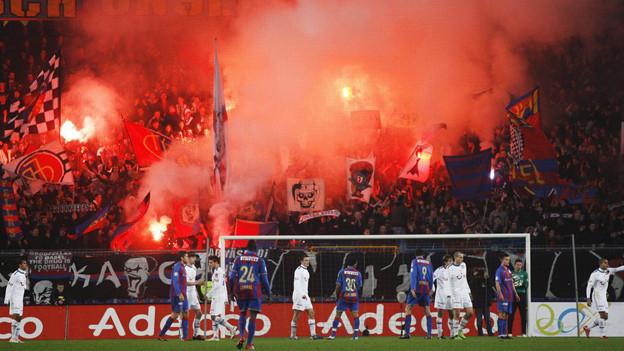 Im November 2009 randalierten Zürcher Fans beim Match FCB-FCZ.