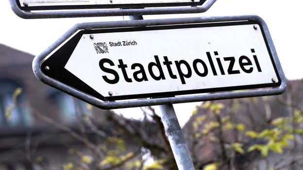 Nicht mehr auf dem Weg zum Polizeiposten: Die Stadtpolizei Zürich hat einem Mitarbeiter wegen Alkoholproblemen gekündigt.