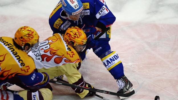 Hockeyspielende Werbeträger.