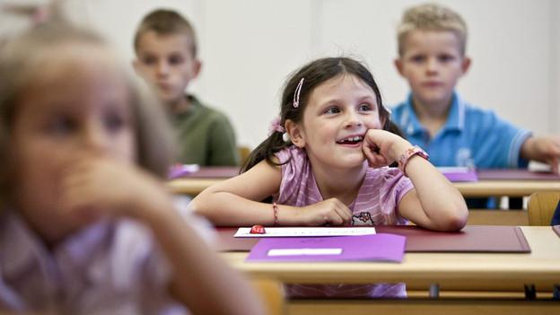 Schulmädchen konzentriert sich auf den Unterricht.
