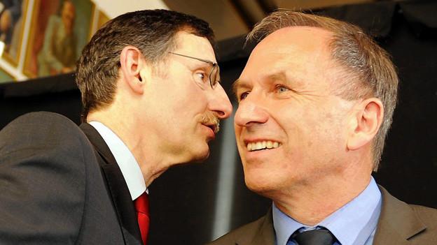 Nicht für fremde Ohren bestimmt - Regierungräte Mario Fehr und Martin Graf tauschen sich aus.