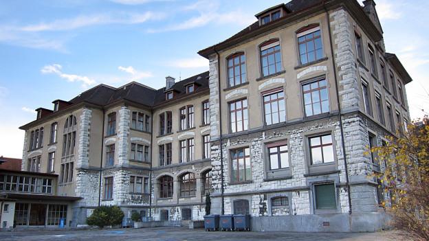 Das Schulhaus, in dem es zum Übergriff gekommen sein soll.