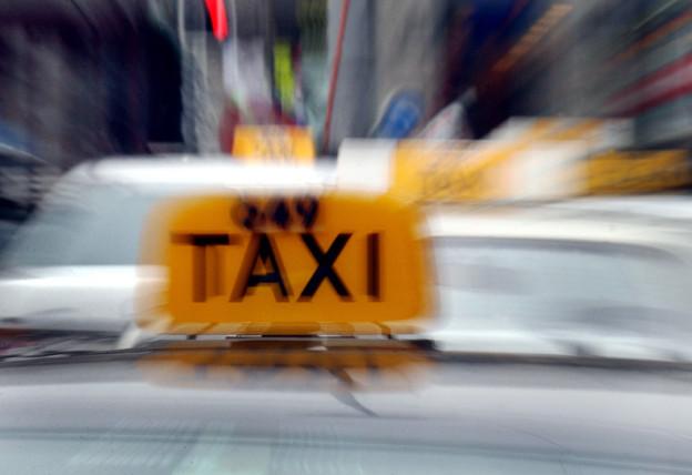 Taxischild in Nahaufname