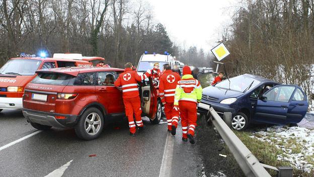 Verkehrsunfall mit zwei Autos. Polizei und Sanitäter sind vor Ort.