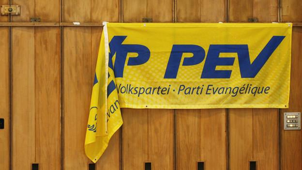 EVP-Fahne hängt schief an einer Holzwand