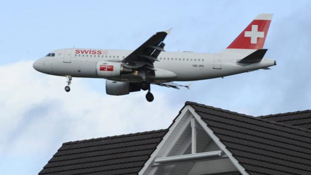 Ein Airbus der Fluggesellschaft Swiss im Landeanflug auf Züric