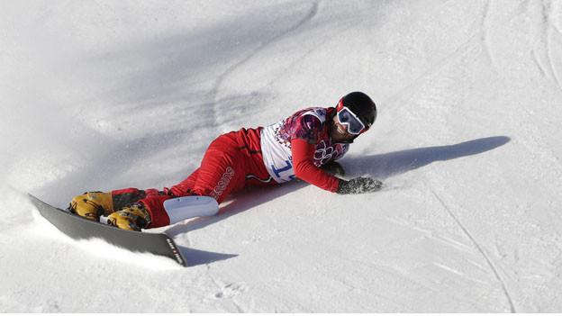 Ein Snowboarder stürtz beim Rennen