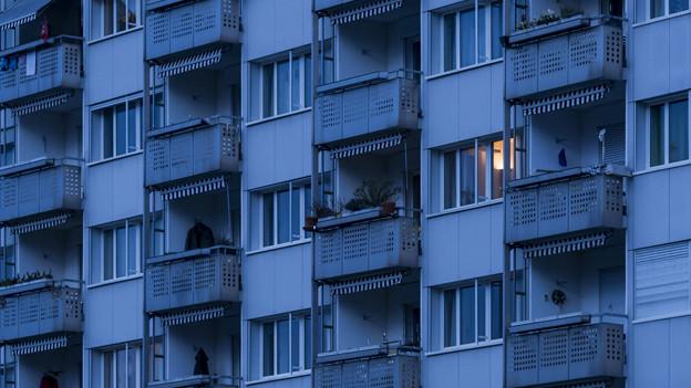 Hausfassade eines Wohnblocks mit Balkonen