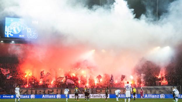 Fans feuern am Zürcher Derby Pyros ab.