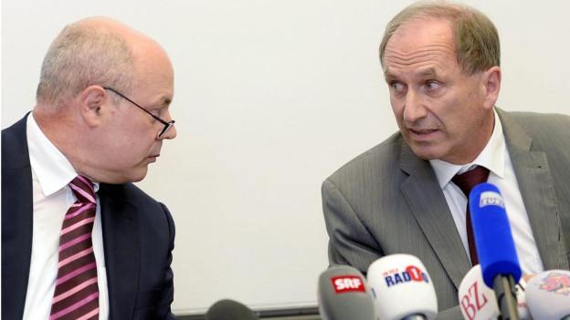 An einer kurzfristig einberufenen Medienkonferenz informiert der Zürcher Justizdirektor Martin Graf und Oberjugendanwalt Marcel Riesen über die aktuelle Situation von «Carlos».
