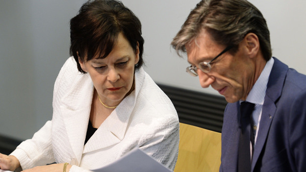 Ursula Gut und Thomas Heiniger beugen sich über ein Papier