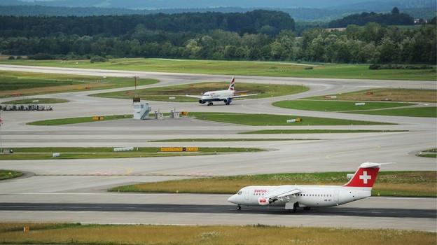 Pisten auf Flughafen Zürich mit Flugzeugen.