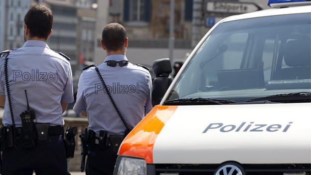 Zwei Polizisten und ein Polizeiauto