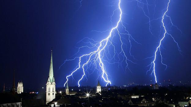 Blitz am Nachthimmel, darunter Kirchturm
