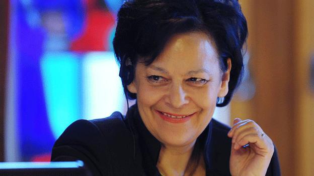 Eine Frau mit dunklen Haaren am Rednerpult