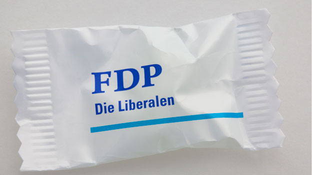 Ein weisses Bonbonsäcklein mit dem blauen Aufdruck FDP - Die Liberalen