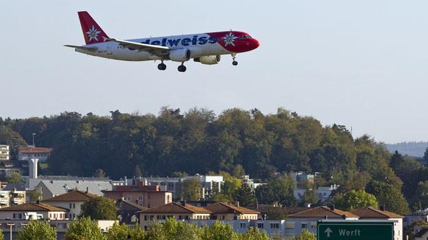 Ein Flugzeug ist im Landeanflug über Kloten.