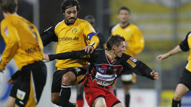 Fussballspieler kämpfen um den Ballbesitz.