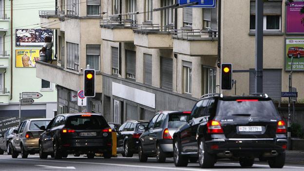 Autos stehen im Stau in der Stadt Zürich.