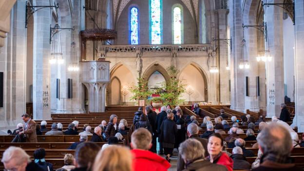 Die Trauergäste nehmen in der Fraumünsterkirche Abschied von Urs Widmer.