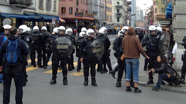 Die Polizei riegelt die Zürcher Langstrasse ab.