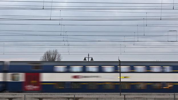 Eine Zürcher S-Bahn in voller Fahrt.