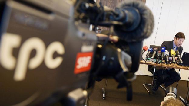 Christoph Mörgeli im Fokus einer SRF-Kamera