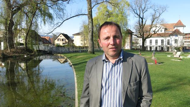 Usters Stadtrat Thomas Kübler nimmt den Schulthess Gartenpreis entgegen.