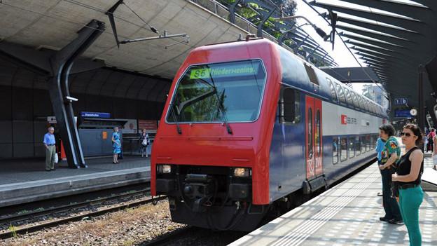 Eine S6 fährt am Bahnhof Stadelhofen ein