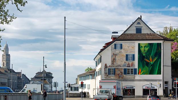 Ein Bild an einem Haus.