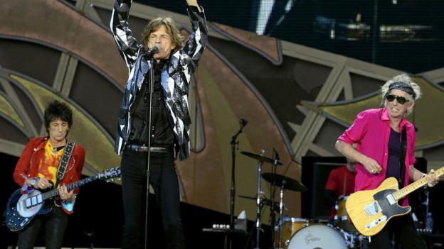 Mick Jagger (M), Keith Richards (R) and Ron Wood (L) von den Rolling Stones während eines Konzerts im Zürcher Letzigrund-Stadion