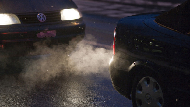 Zwei Autos in der Nacht.