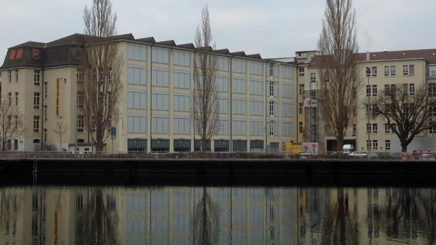 Die Hallen für Neue Kunst direkt am Rhein.