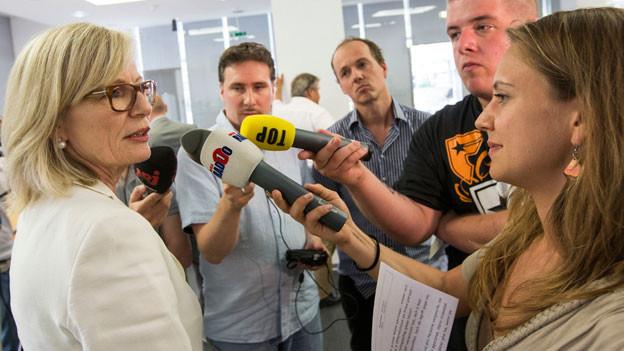 Regine Aeppli umringt von Reportern