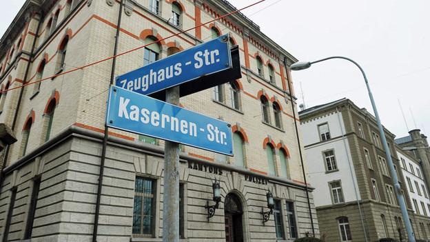 Backsteinhaus, davor Strassenschilder. Aufschrift: Kasernenstr.