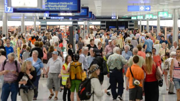 Eine Menschenmasse im neuen Bahnhof Löwenstrasse.