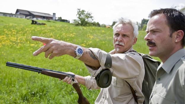 zwei Männer mit Jagdgewehr