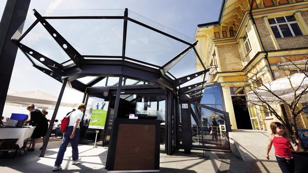 Der verglaste Eingang der Sonnenterasse des Hotels Uto Kulm auf dem Uetliberg