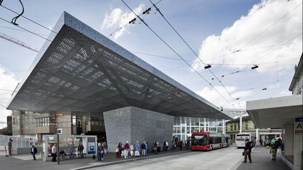 Bahnhofplatz Winterthur mit grossem Pilzdach