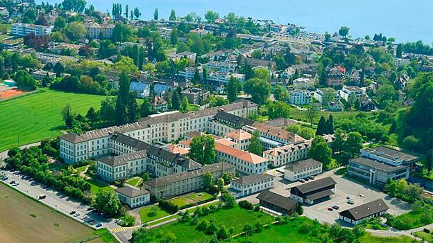 Die Psychiatrische Universitätsklinik Zürich aus der Vogelperspektive mit Park und See.